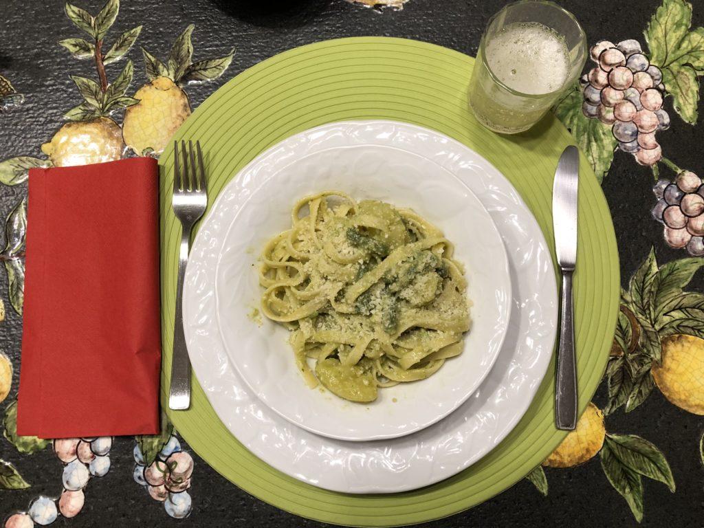 Teller mit Tagliatelle, Kartoffeln grünen Bohnen und pesto alla genovese