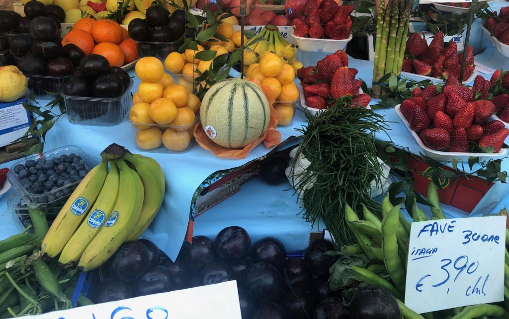 Fruechte auf einem Wochenmarkt in Mailand