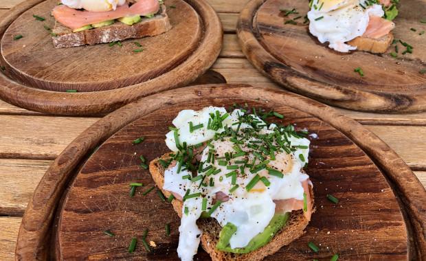 Avocado-Lachs-Stulle mit pochiertem Ei