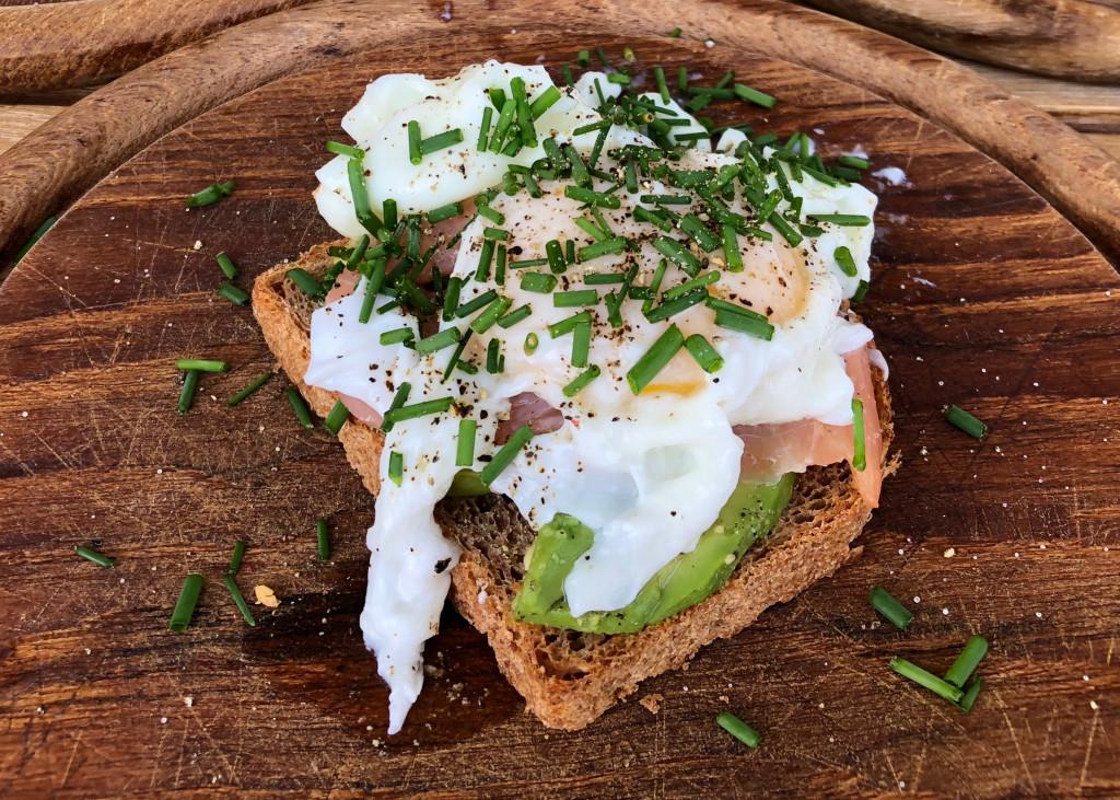 Ernährung Rheumatoide Arthritis Dinkelbrot Avocado Lachs Ei