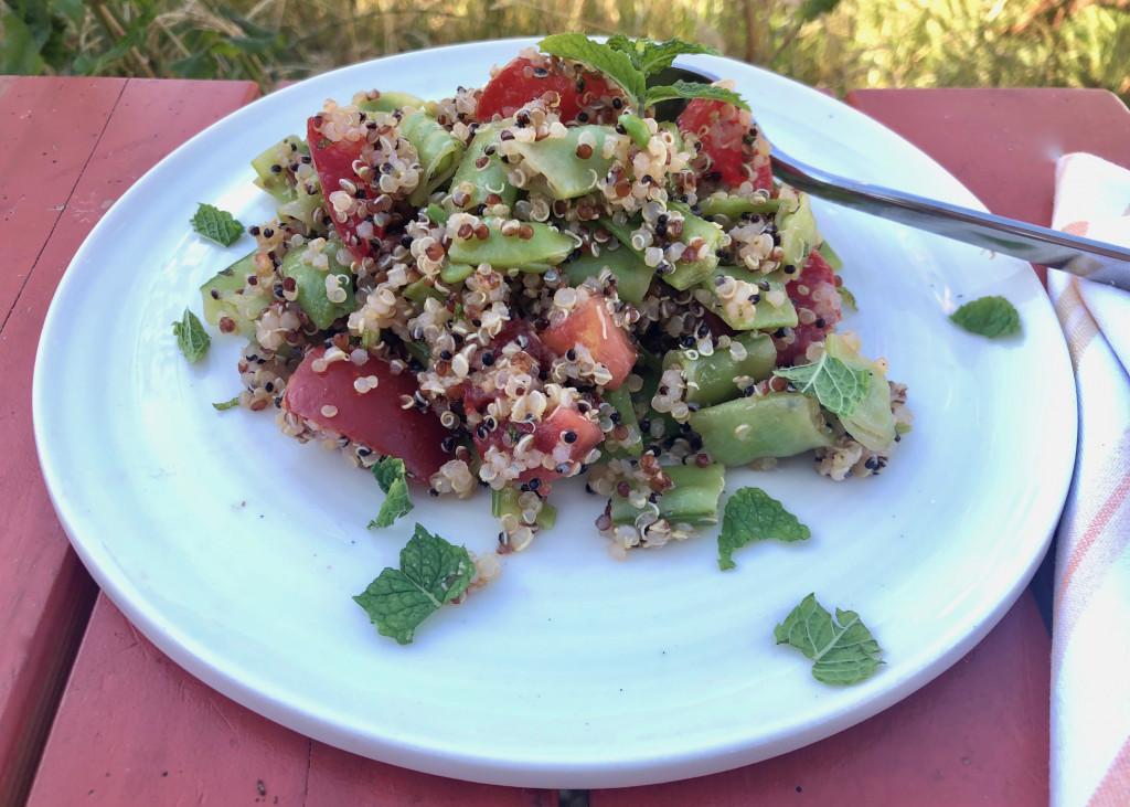 Salat aus Quinoa, Zuckerschoten und Tomaten