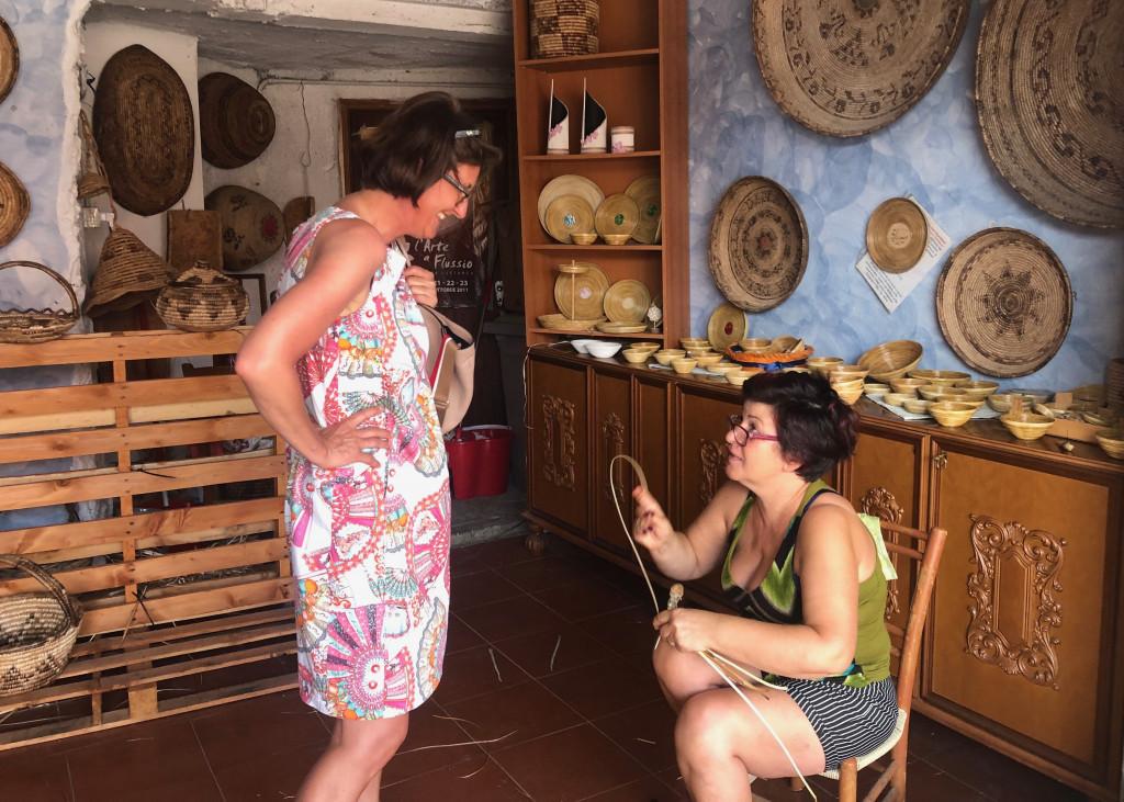 Maria Antonietta erklaet das Flechten von Koerben aus Affodill