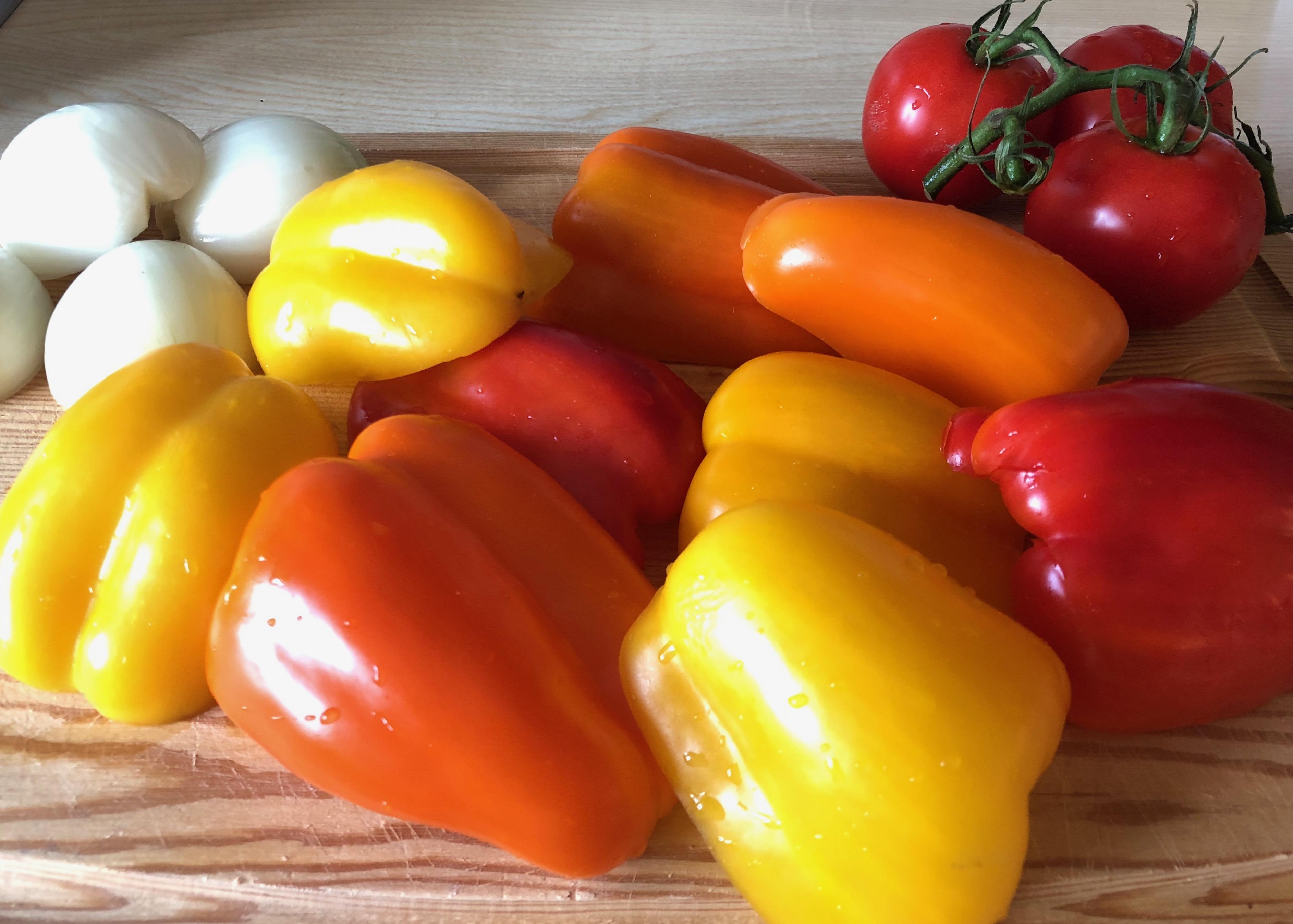 Zutaten fuer Peperonata Paprika Zwiebel Tomaten