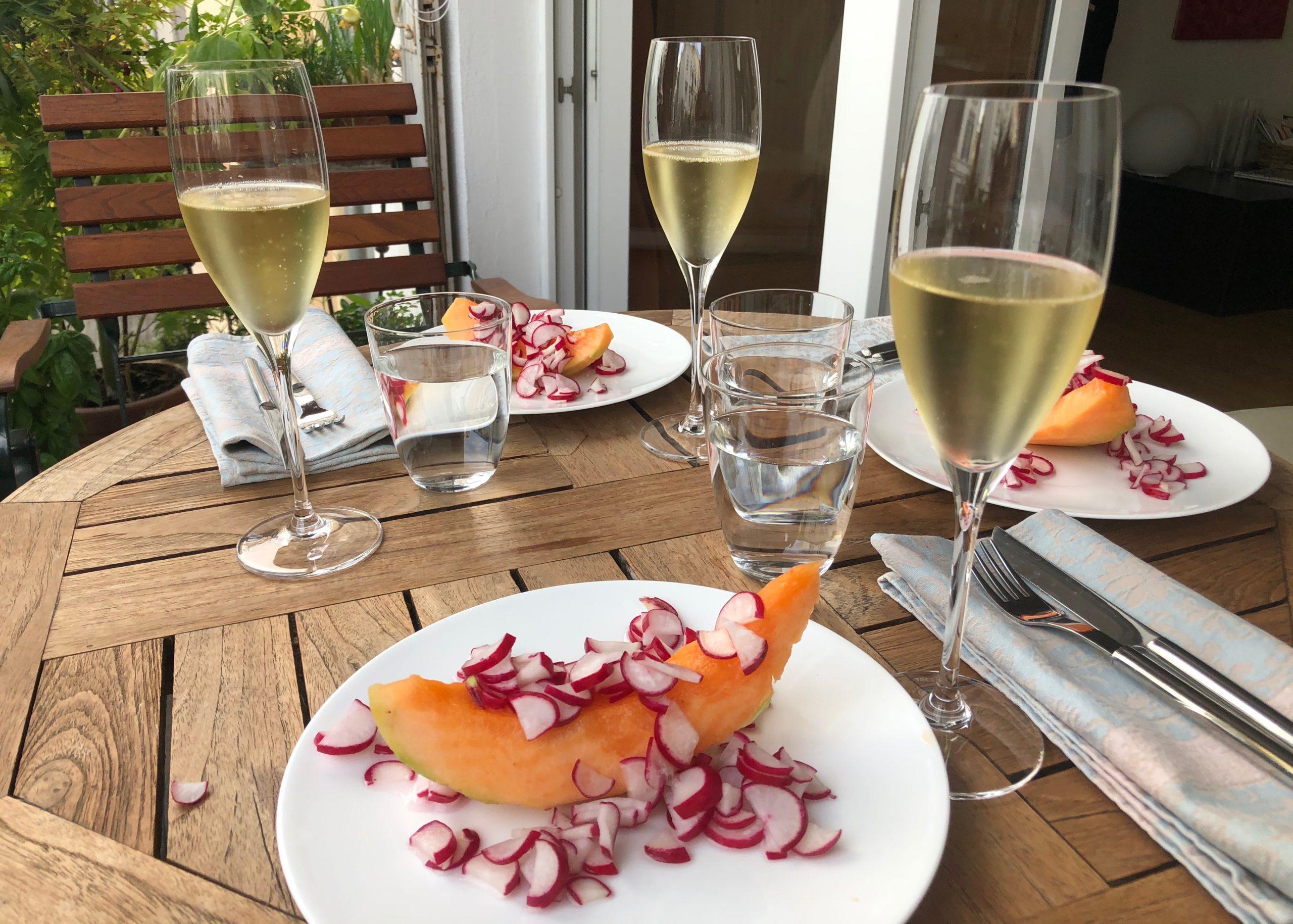 Prosecco und Melone mit gesalzenen Radieschenscheiben
