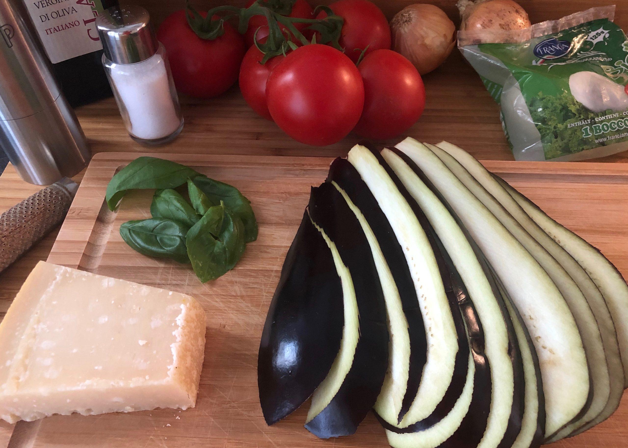 Auberginen, Tomaten, Parmesan, Mozzarella, Zwiebel, Olivenöl
