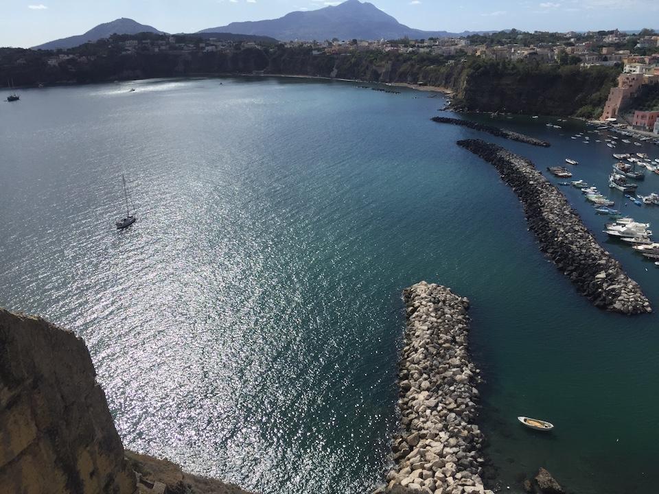 Das azurblaue Meer vor der Insel Procida