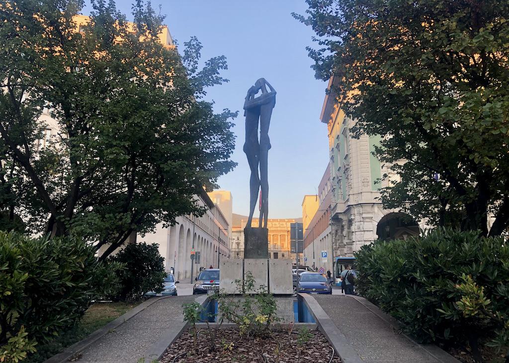 """Skulptur zweier Liebender, """"Das Hohelied"""" von Marcello Mascherini, Piazza Oberdan, Triest"""